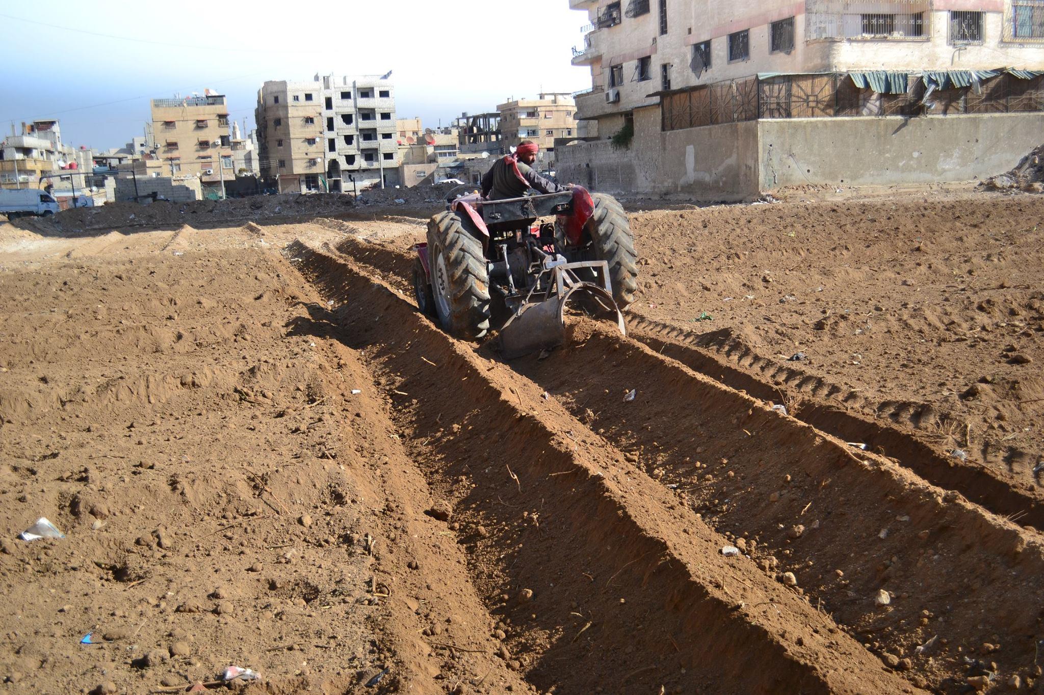 Februar 2016 in Yalda (Süddamaskus). Die Erde wird gepflügt um den Boden für das Bepflanzen mit Weizen vorzubereiten. Fotograf: Abdallah Al Khatib