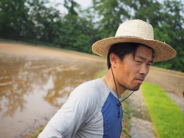 """Urbaner Landwirt vor einem Reisteich auf der """"Nodeul Island Farm"""", einer in einer teilweise als Gemeinschaftsgarten umgewandelten Insel im Han-Fluss."""