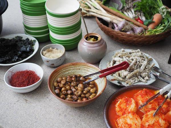 """Das Essen für den Abend wurde mit traditionellen korenanischen Gerichten und lokal angebauten Produkten von der Gruppe """"marche"""" gekocht."""