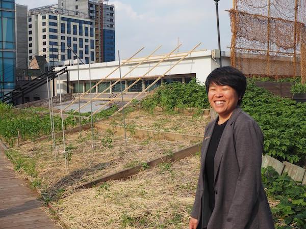 Jena Lee, Lehrerin in der alternativen Haja-Schule, auf dem Dachgarten