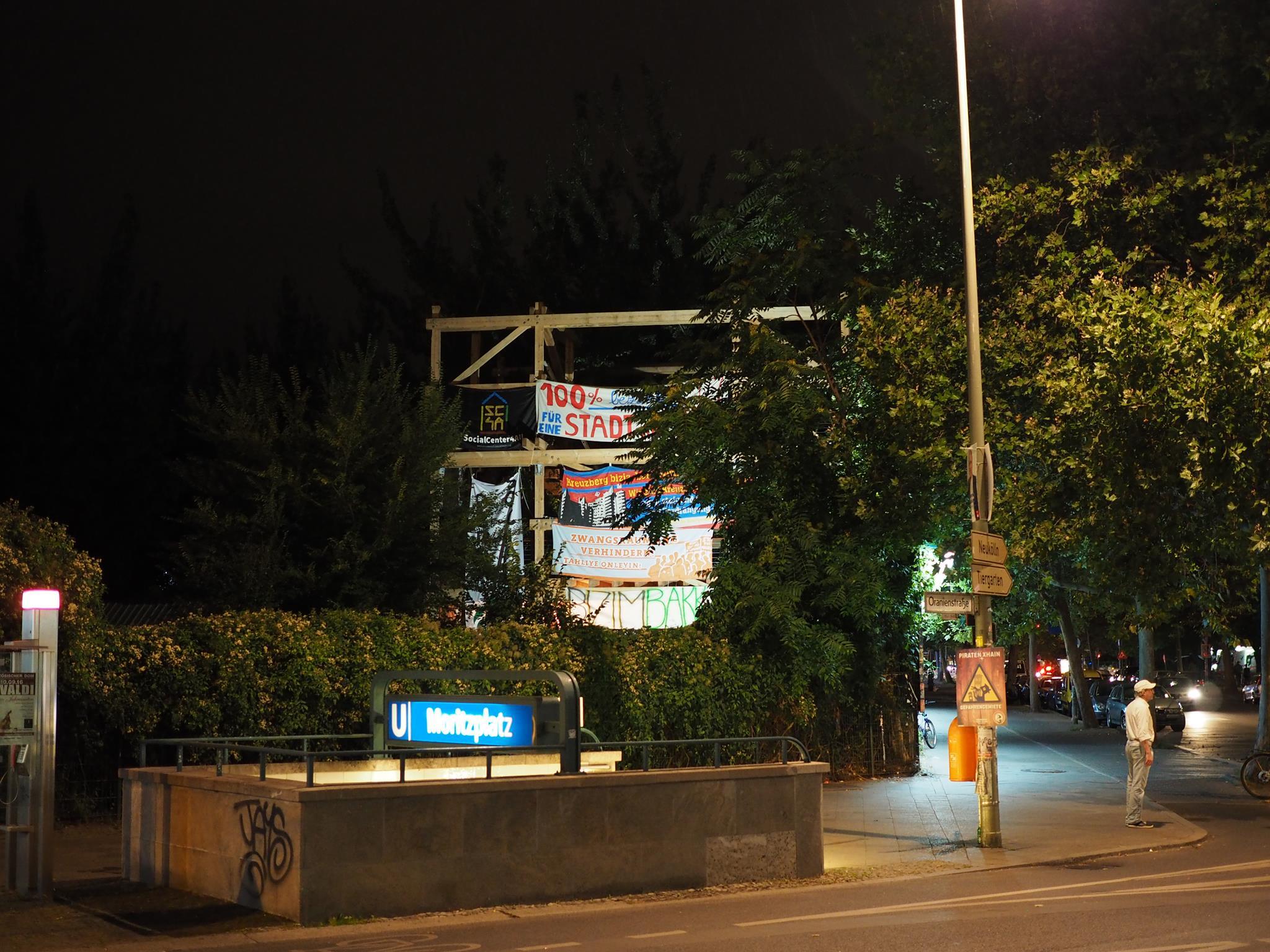 Die Laube, mit Bannern verschiedener stadtpolitischer Bewegungen aus Berlin und Madrid behängt
